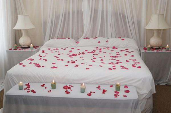 Hiasan Katil Tradisional Dengan Kelopak Mawar