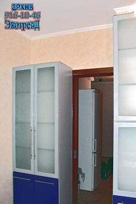 Beri Perhatian Kepada Kabinet Kaca Besar Di Kedua Dua Belah Pintu Ke Dapur